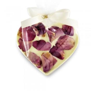serce białej czekolady z płatkami róży